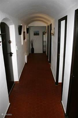 villa :hal met voordeur en ingangen naar slaapkamers