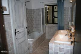 huis :badkamer 2:  met ligbad, 2 wastafels, wasmachine en toilet