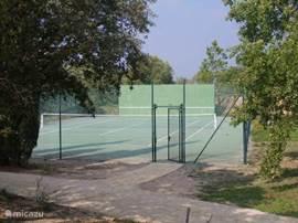 tennisbaan met oefenwand om lekker een balletje te slaan