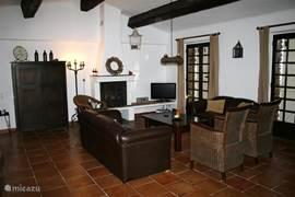 villa :living 50m2 met openhaard/kachel, tv, wifi, stereo en openslaande deuren naar terras