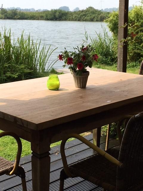 KERST NOG VRIJ DOOR ANNULERING !  Uw voordeel :  20 % korting op de weekprijs. Knus, warm huis met uitzicht op de natuur aan het water.