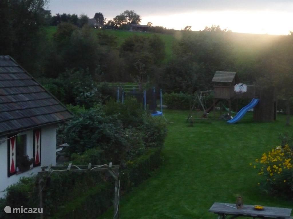 van boven gezien de tuin met zonsondergang