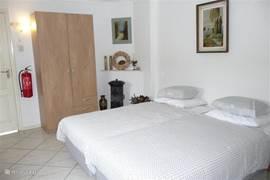 De slaapkamer is voorzien van zeer comfortabele 2 x 1 persoons boxspring bedden  60 cm hoog.