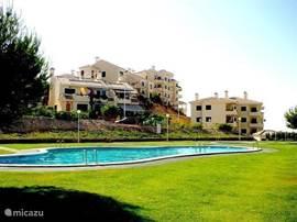 Ons luxe appartement direct aan 1 van de mooiste golfbanen van Spanje. Royale woonkamer met zonnig terras, 2 tweepers.slk., badk. met ligbad en douche, complete keuken.Strand, tennis, winkels,restaurants,golfbanen vlakbij. Altijd enthousiaste huurders