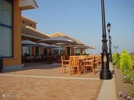 terras bij clubhuis/restaurant met heerlijke kaart en heel betaalbaar.
