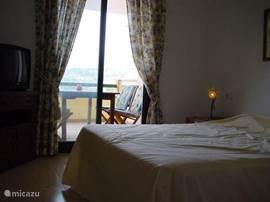 1e slaapkamer met terras en t.v.