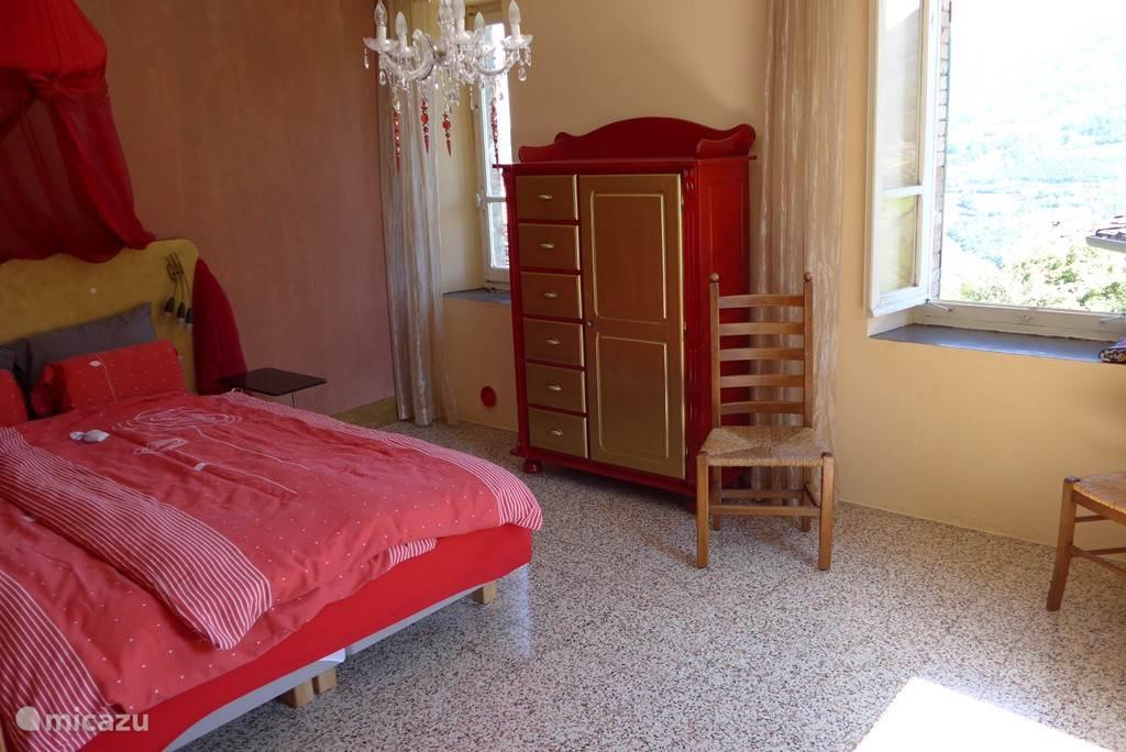 Slaapkamer Il Sangue met ramen die uitkijken op voor-/en zijtuin
