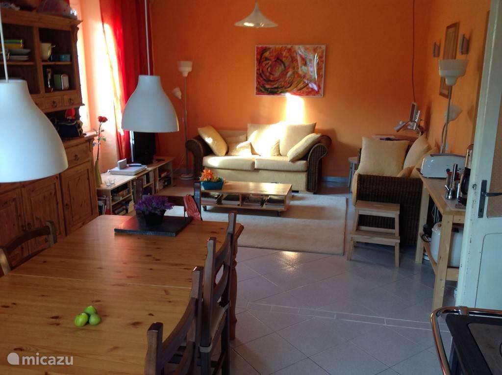 De woonkamer/eetkeuken