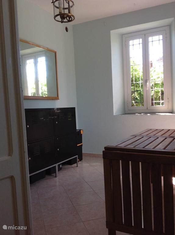 Zijkamer beneden rechts naast voordeur.