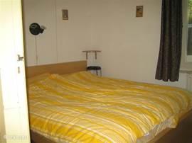 Ouderslaapkamer met lits-jumaux, ingebouwde kast (incl. kluisje) en wastafel. De overige drie slaapkamers hebben eenpersoonsbedden waarbij in 2 slaapkamers de bedden aaneen te schuiven zijn en als tweepersoonsbed gedekt kunnen worden. Linnengoed eventueel te huur.