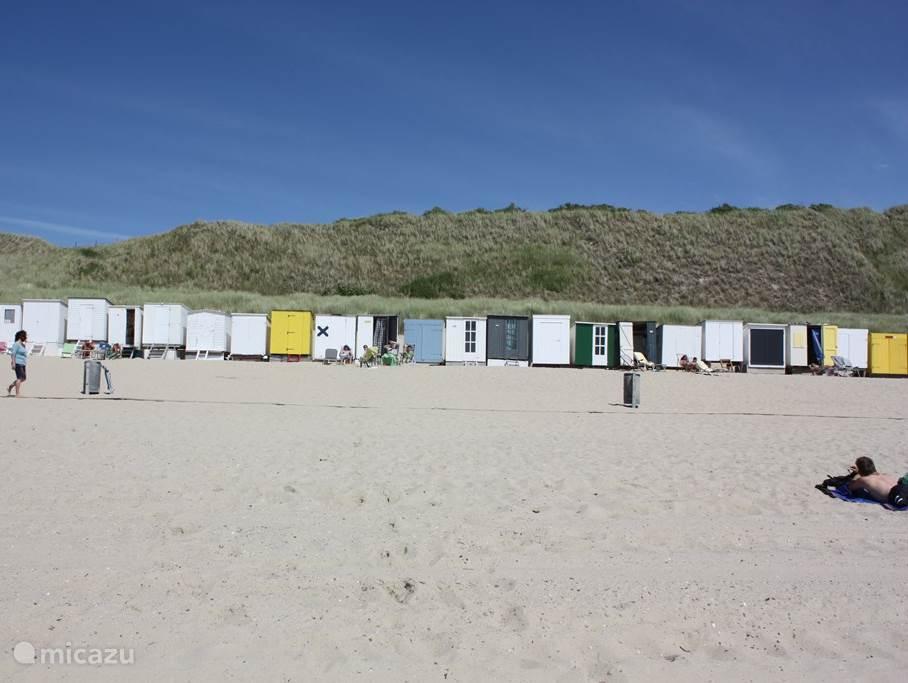 In de zomer hoort er ook een van deze strandhuisjes standaard bij de woning. In De zoute Inval bevindt zich een strandscherm, parasol, tenminste 2 stoelen en een grote hoeveelheid kinder-strandspeelgoed.