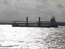 de schepen varen op enkele meters van je vandaan