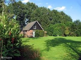 Het huisje gezien vanuit de achtertuin. Ideaal voor mensen, die rust zoeken. Grote tuin met veel privacy.