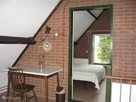 Slaapkamer(2) is een ruime 2 pers.slaapkamer boven, bereikbaar via de open zolderkamer en voorzien van een v.w en zitje om de hoek.