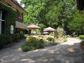 Restaurant de Gulle Waard. Een sfeervol restaurant met een gezellig terras midden in het groen. Een aanrader, als u een keer uit eten wilt gaan.