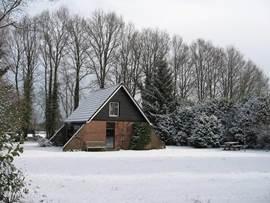 Een wintervakantie in ons zomerhuis is ook mogelijk. Een nieuwe hoogrendement cv-ketel staat er garant voor dat u het behaaglijk warm kunt krijgen en .. een sneeuwschep is aanwezig, zodat u het vanzelf warm krijgt!