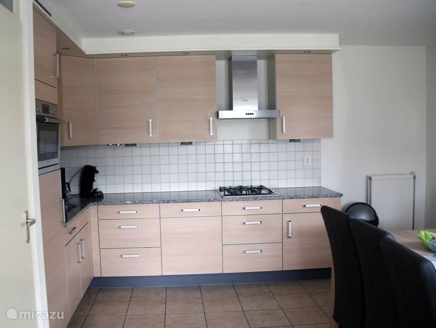 Grote keuken met vaatwasser, oven/magnetron, Senseo en broodrooster