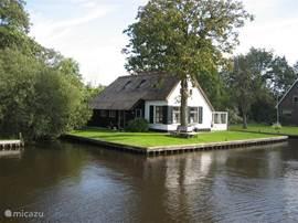 Onze vakantiewoning is gelegen in het natuurgebied de Weerribben en is in 2003 verbouwd tot een confortabele vakantiewoning met behoud van authentieke elementen. Het huis ligt tussen het merengebied bij Gethoorn en de friese meren. Het gebruik van een 6 persoons  punter met BB motor is inbegrepen