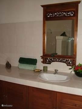 Zowel beneden als boven is een badkamer met douche, wc en wastafel.