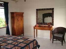 Foto 2 van de slaapkamer bovenverdieping met aan de andere zijde kaptafel en kledingkast.