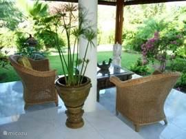 In het zitje kunt u heerlijk genieten van de tuin om de villa en kijken naar de vogels. Er zijn 4 van deze gerieflijke rieten stoelen voor op de veranda.