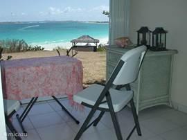 Uitzicht over de Atlantische Oceaan.  Vanaf het ruime terras heeft u een schitterend uitzicht over het strand van Oriënt Bay en de Atlantische Oceaan.  De studio is omgeven door een goed onderhouden tropische tuin.
