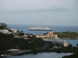 Zicht op Little Bay. Cruise schip ligt voor fort Amsterdam.