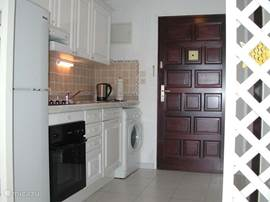 Keuken met zicht naar de voordeur.
