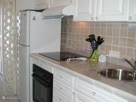 Keuken met zicht naar het woongedeelte.