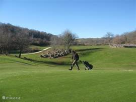 de prachtige golfbaan ariege, waar bijna ook altijd in de winter gespeeld kan worden.