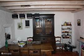 deze kast hebben wij kunnen overnemen van het oude oorspronkelijke hotel evenals de eettafel.
