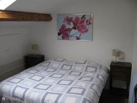 1e slaapkamer. dit is een hele ruime slaapkamer met voldoende bergruimte. Ramen zijn voorzien van Velolux verduisterings rolgordijnen waardoor uw heerlijk zult slapen