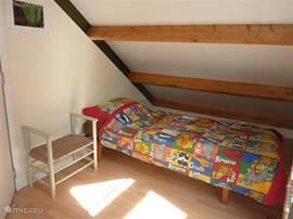 Slaapkamer/vide boven met eenpersoonsbed
