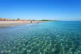 De prachtige strand van PerdePera, welke aansluit rechtstreeks op uw tuin.