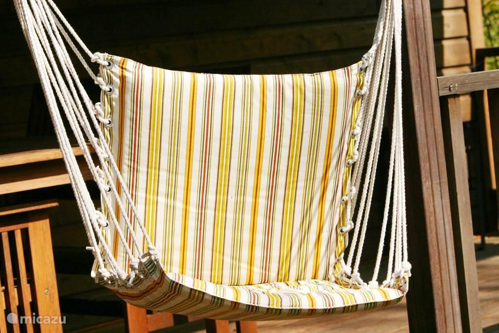 Heerlijke hangstoelen en een hangmat