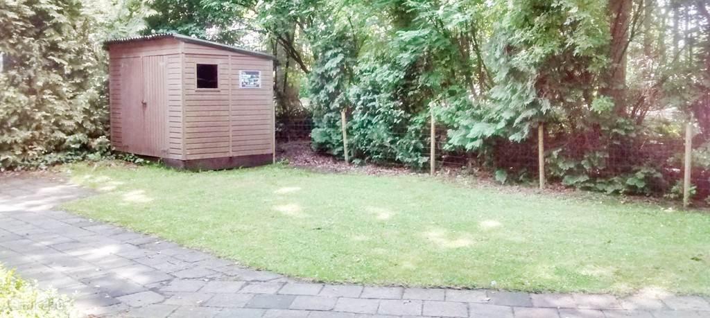 De tuin en de schuur