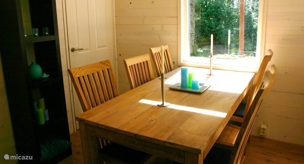 Eettafel met zicht op de tuin