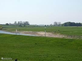 Strand aan de Oude Rijn bij het dorp