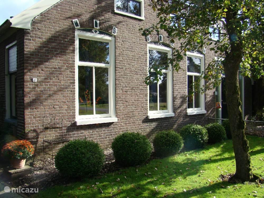 In het pittoreske dorp Grolloo, in het hart van Drenthe, bevind zich deze vakantiewoning gevestigd in het voorhuis van een boerderij. In de dorpskom en op korte afstand van bos en heide. Ideaal om te fietsen en te wandelen. Dorpswinkel op loopafstand.