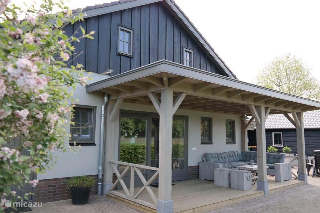 Groot terras met prachtige veranda grote tafel en stoelen