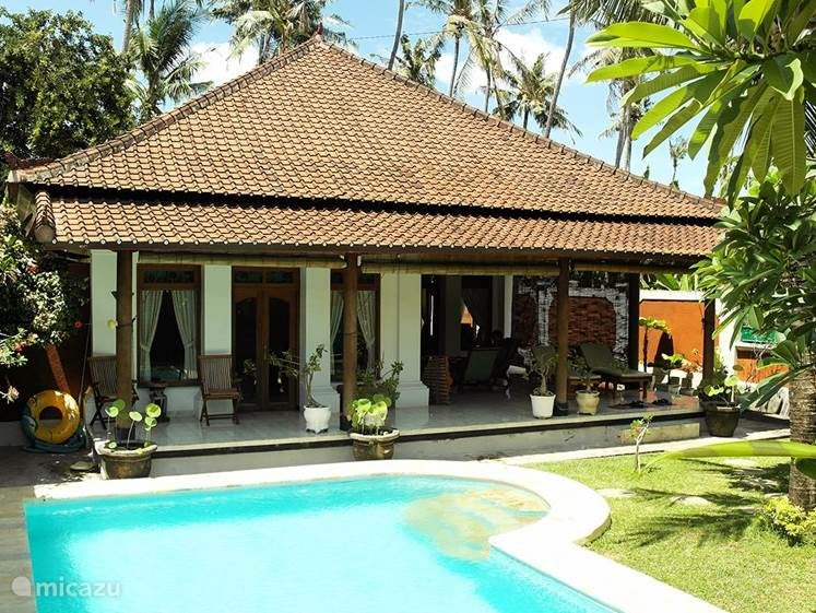 Luxury villa with pool (complete privacy) located in the center of Lovina. 500 mtr. from the beach. Balinese charm with western comfort. Wifi.