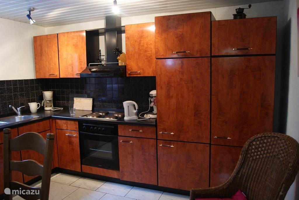 keuken met elektrische kookplaat