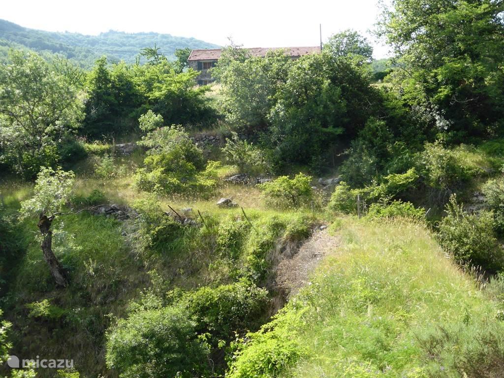 De oude middeleeuwse brug was onderdeel van het wandelpad door de vallei.