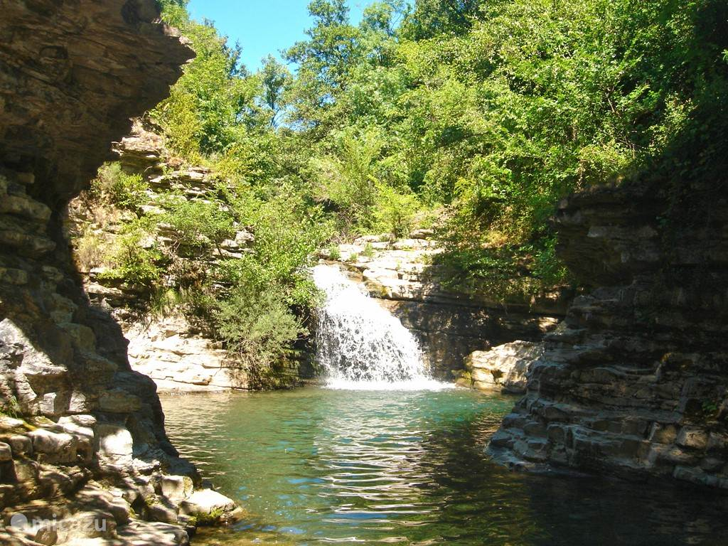 Op 5 minuten lopen vanuit de boerderij is deze plek in de rivier. Hier is het water dieper en kan je er goed zwemmen en onder de waterval staan.