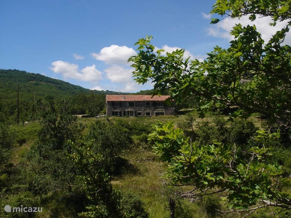 La Grange is in een vallei gelegen op de kruising van twee bergrivieren.