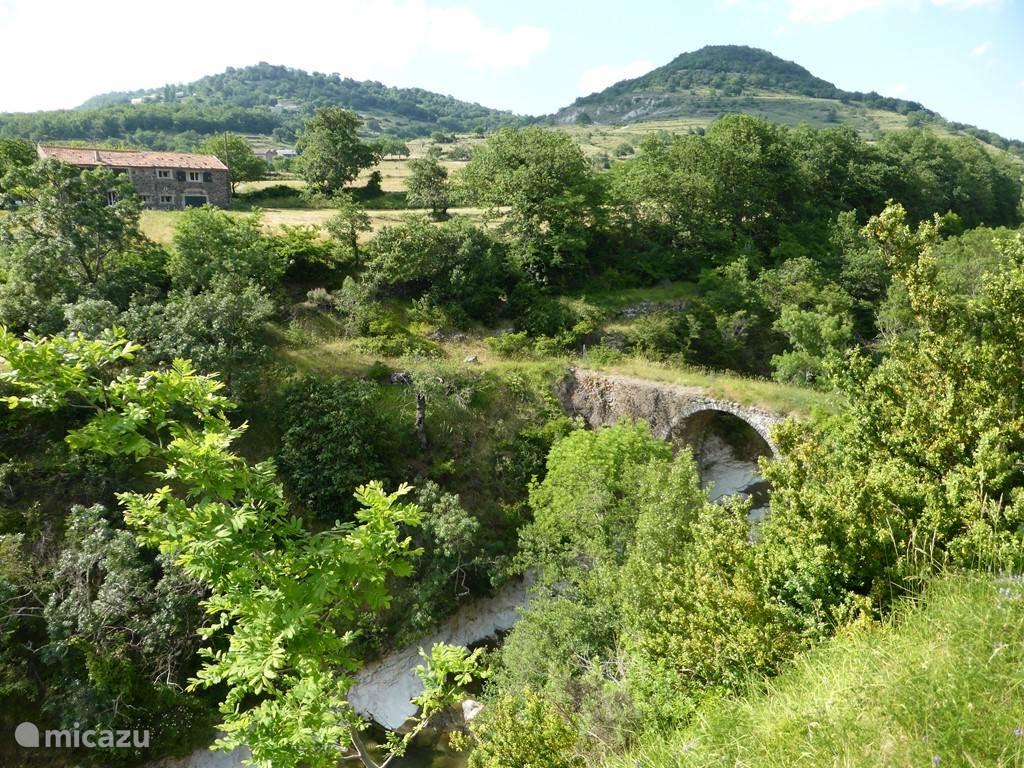 De rivier La Gladuègne stroomt over eigen grond. Bewoners hebben hun eigen natuurzwembad in de tuin...