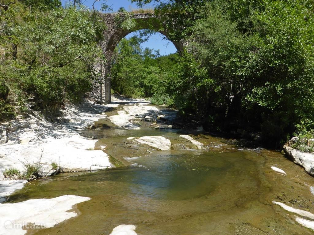 In de rivier kan heerlijk gezwommen worden; deze plek bereik je na twee minuten lopen vanuit de boerderij.