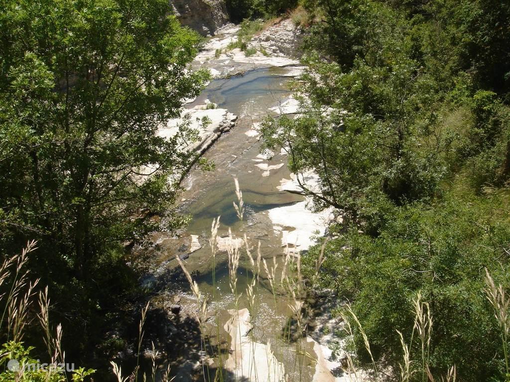 Een overzicht vanuit de brug op drie poelen waar gezwommen kan worden. Door het ondiepe water is het prima voor kleine kinderen.