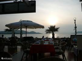 's avonds lekker eten aan het strand op een van de vele leuke terrasjes in Calis