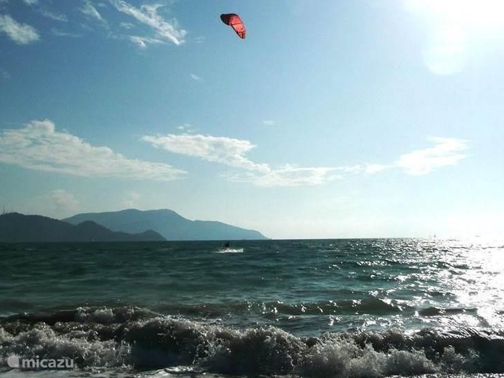 Perfecte plek voor kitesurfen bij het surfstrandje ten noorden van Calis (10 min. van de villa)
